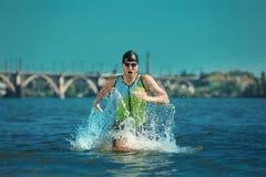 Berufs-triathlete Schwimmen im offenen Wasser des Flusses lizenzfreie stockfotos