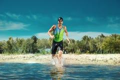 Berufs-triathlete Schwimmen im offenen Wasser des Flusses stockbilder