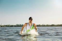 Berufs-triathlete Schwimmen im offenen Wasser des Flusses stockfoto