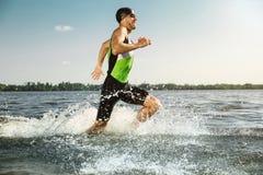 Berufs-triathlete Schwimmen im offenen Wasser des Flusses stockfotografie
