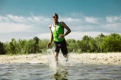 Berufs-triathlete Schwimmen im offenen Wasser des Flusses lizenzfreie stockbilder