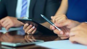 Berufsarbeitskräfte und Chefsitzung und Diskussionsthemen mit Tablette Nahaufnahme stock video footage
