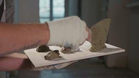 Berufsarbeitskraft, die Fliesen auf Boden legt stock footage