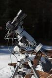 Berufsastrophotographyeinrichtung ausgerüstet mit DSLR-Kamera, Teleobjektiv und guider Bereich stockfotografie
