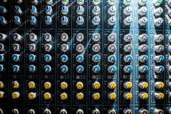 Berufsaudio-DJ-Mischerkonsole, solide Werkzeuge und Gang, Studioausrüstungsbild, selektiver Fokus Mischer Stockbild