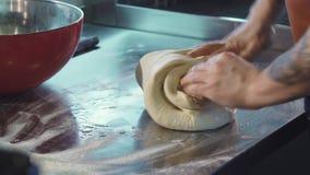 Berufsbäcker, der Teigbearbeitung an der Küche vorbereitet stock video footage