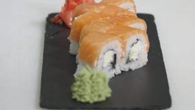 Berufschef, der asiatisches Lebensmittel und Sushi in der Restaurantküche kocht, bearbeitet und zubereitet Stockfotos