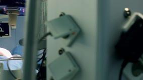 Berufschirurgen und Assistenten sprechen und Gebrauchtger?te- w?hrend der Chirurgie Sie arbeiten im modernen Krankenhaus-Betrieb stock footage