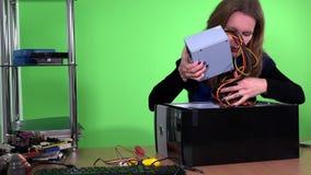 Berufscomputerreparaturhauerfrau ersetzen Stromversorgung im Arbeitsplatzrechner stock video footage