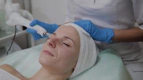 Berufscosmetologist führt DermaPen-Verfahren in einer Cosmetologyklinik durch stock video footage