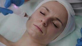 Berufscosmetologist führt DermaPen-Verfahren in einer Cosmetologyklinik durch stock footage