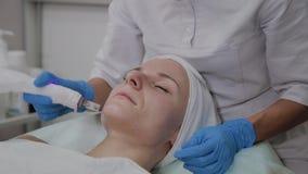 Berufscosmetologist führt DermaPen-Verfahren in einer Cosmetologyklinik durch stock video