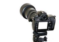 Berufsdigitalkamera mit dem leeren Bildschirm lokalisiert auf weißem Hintergrund Stockfoto