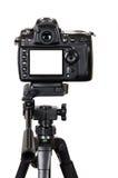 Berufsdigitalkamera mit leerem Bildschirm auf einem Stativ lokalisiert auf weißem Hintergrund Lizenzfreie Stockfotos