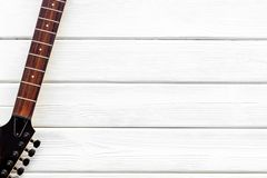 Berufsdj-Instrumente mit Gitarre auf weißem hölzernem Draufsichtmodell des Hintergrundes lizenzfreie stockfotos
