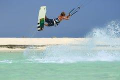 Berufsdracheneinstieg-Reitersportler mit Drachen in der hohen Akrobatik der Himmelsprünge, die Trick mit Zupacken von kiteboard k lizenzfreie stockfotos