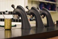 Berufsespresso-Maschine in einer lokalen Kaffeestube Stockfotos