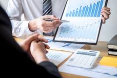 Berufsexekutivgeschäftsteam, das auf Sitzung zu Planungsinvestitionsvorhabenfunktion und zu Strategie des Geschäfts gedanklich lö stockbilder