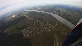 Berufsfallschirmpulloverfliegen über grünem Feld, Fluss Grauer Himmel schwerpunkt stock video footage