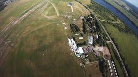 Berufsfallschirmpulloverfliegen über grünen Feldern schwerpunkt extrem stock video