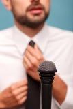 Berufsfernsehjournalist ist- zu seinem Bericht bereit Lizenzfreie Stockfotos