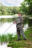 Berufsfischer fängt einen Fisch Lizenzfreie Stockfotografie