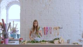 Berufsflorist, der mit Blumen am Studio arbeitet stock footage