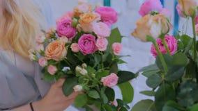 Berufsflorist, der schönen Blumenstrauß am Blumenspeicher macht stock video footage