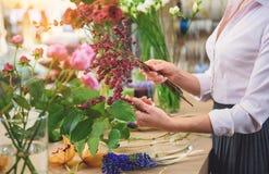 Berufsflorist, der schönen Blumenstrauß macht Lizenzfreie Stockbilder