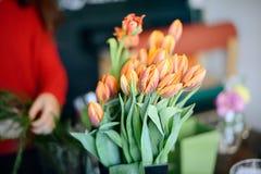 Berufsfloristenmädchen, das Blumen sammelt Stockfoto