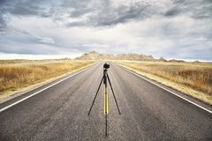 Berufsfotoausrüstung auf einer leeren Straße bei Sonnenuntergang Stockbilder