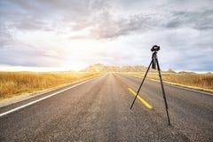 Berufsfotoausrüstung auf einer leeren Straße bei Sonnenuntergang Lizenzfreies Stockbild