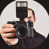 Berufsfotograf, der alte, Retro- Filmkamera und fla hält Stockbilder