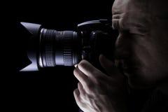 Berufsfotograf, der Fotos mit Digitalkamera macht Lizenzfreie Stockfotografie