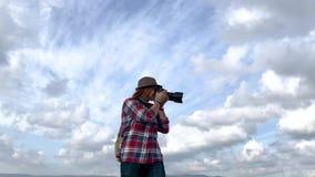 Berufsfotograf der jungen Frau, der Fotos der Landschaft macht stock footage