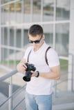 Berufsfotograf mit Kamera draußen Stockfotografie