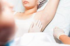 Berufsfrau am Badekurort, der epilation Achselhöhlen unter Verwendung des Zuckers, zuckernd tut Lizenzfreie Stockfotos