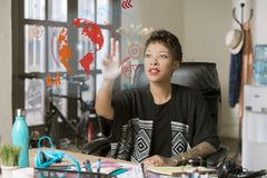 Berufsfrau, die einen futuristischen Bildschirm betreibt stockfotografie