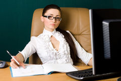 Berufsfrau, die im Büro arbeitet Lizenzfreie Stockbilder