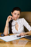 Berufsfrau, die im Büro arbeitet Stockfoto