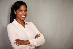 Berufsfrau, die mit den Armen gekreuzt lächelt Lizenzfreies Stockbild