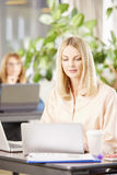 Berufsfrau im Büro Lizenzfreies Stockbild