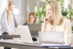 Berufsfrau im Büro Lizenzfreie Stockbilder