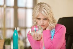 Berufsfrau mit Crystal Ball lizenzfreie stockfotos
