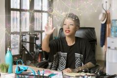Berufsfrau mit einer futuristischen Netz Nertwork-Projektion lizenzfreie stockfotografie
