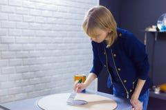 Berufsfrauendekorateur, Designer, der h?lzerne Kreisdekoration malt stockfotografie