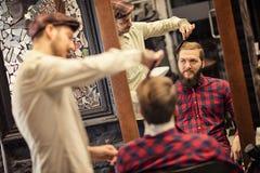 Berufsfriseur, der Frisur tut Lizenzfreies Stockfoto