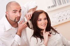 Berufsfriseur wählen Haarfärbungsfarbe Stockbild