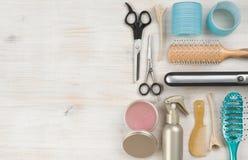 Berufsfrisurnwerkzeuge und -Zubehör mit Kopienraum der linken Seite Stockfotos