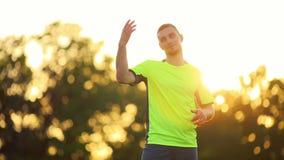 Berufsfußballspieler, der springt, um voranzugehen